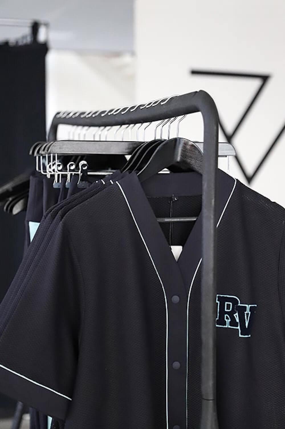 rv-showroom-neon-jersey-sportkledij